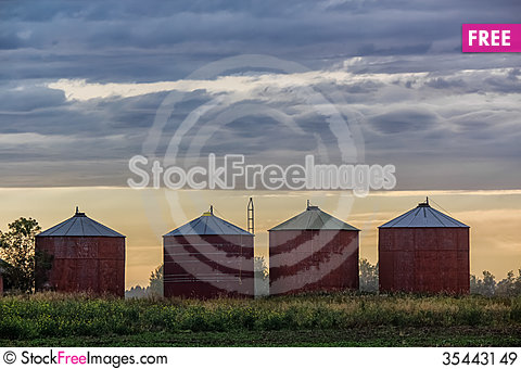 Free Grain Bins Royalty Free Stock Images - 35443149