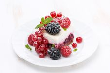 Free Piece Of Cake With Fresh Berries On The Plate Stock Photography - 35444032