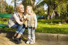 Free Mother And Her Little Kid With Soap Bubbles Royalty Free Stock Image - 35522946