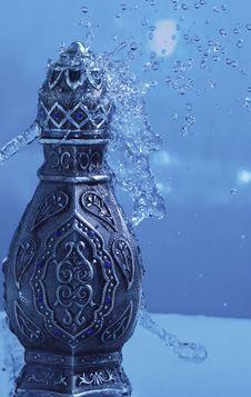 Free Arabian Oud Bottel Under Shower Royalty Free Stock Photo - 35544245