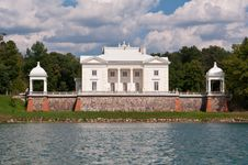 Free Tyshkevich Palace By The Lake Royalty Free Stock Photography - 35549257