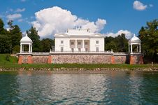 Free Tyshkevich Palace By The Lake Royalty Free Stock Photos - 35549258