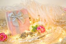 Free Gift Box With Roses And Feather Royalty Free Stock Images - 35573399