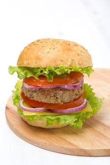 Free Burger With A Vegetarian Cutlet And Fresh Vegetables Royalty Free Stock Photography - 35574427