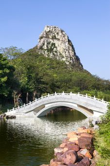 Free Chinese Garden Wiht Arch Bridge Stock Photography - 35594402