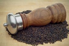 Free Pepper Mill Oncutting Board Royalty Free Stock Images - 3560919