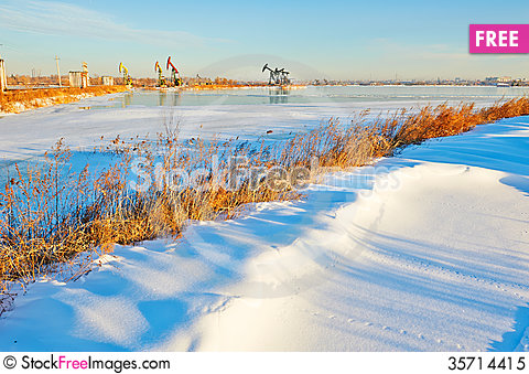 Free The Winter Snow And Pumping Unit Sunrise Royalty Free Stock Photo - 35714415