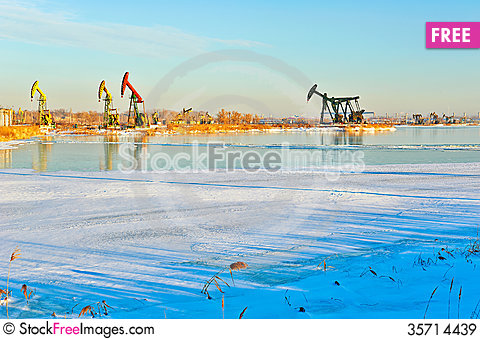 Free The Pumping Unit Winter Sunrise Royalty Free Stock Images - 35714439