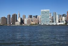 Free United Nations Building And New York Skyline Royalty Free Stock Photo - 35799905