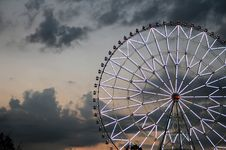 Free Ferris Wheel Against The Dark Sky Royalty Free Stock Photos - 35909558