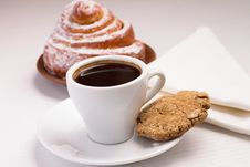 Free Cup Of Black Coffee With A Sweet Bun And Cookie Royalty Free Stock Images - 35953779