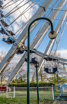 Free Ferris Wheel & Lampost Royalty Free Stock Image - 35982986