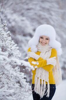 Free Winter Portrait Of Beautiful Smiling Woman With Snowflakes In White Furs Royalty Free Stock Photography - 36021667