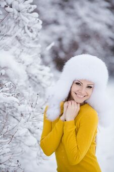 Free Winter Portrait Of Beautiful Smiling Woman With Snowflakes In White Furs Royalty Free Stock Photos - 36021698