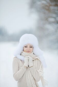 Free Winter Portrait Of Beautiful Smiling Woman With Snowflakes In White Furs Royalty Free Stock Photos - 36021788