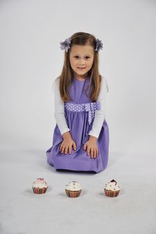 Free Girl And Three Cupcakes Stock Photo - 36126650