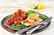 Free Salmon With Green Beans And Tomatoes Royalty Free Stock Photography - 36165627