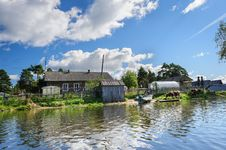 Free Russian Wooden Houses At River Bank Royalty Free Stock Photos - 36180148