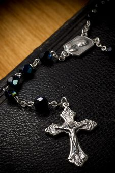 Free Leather Bible With Rosary Royalty Free Stock Images - 3624649