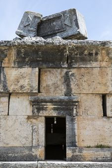 Free Ruins In Northern Necropolis Of Hierapoli, Denizli, Turkey Royalty Free Stock Photo - 36224795