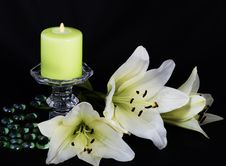 Free Candle And White Lilies Royalty Free Stock Images - 36234629