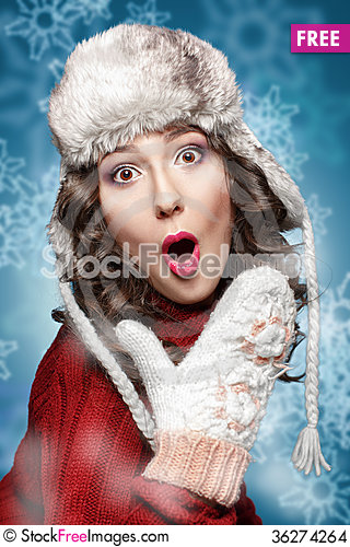 Free Surprised Young Woman In Winter Hat And Sweater Stock Images - 36274264