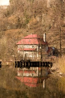 Free House On The Water Royalty Free Stock Photos - 36363478