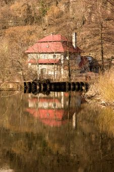 Free House On The Water Royalty Free Stock Photography - 36363487