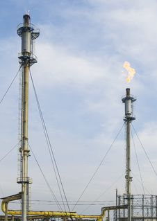 Gas Evacuation Towers At A Refinery Stock Image