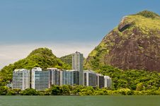 Free Residential Buildings And Mountains Around The Lake Royalty Free Stock Images - 36415849