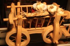Free Wooden Cart With Garlic Royalty Free Stock Image - 36435426