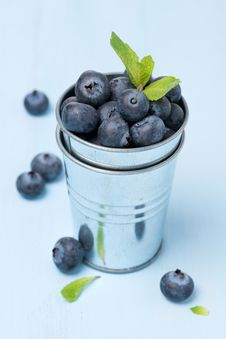 Free Metal Bucket With Fresh Blueberries Royalty Free Stock Images - 36543029