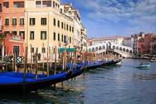 Free Gondolas In The Rialto Bridge Stock Photography - 36575742