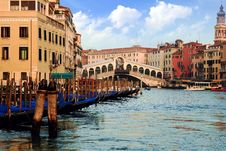 Free Gondolas In The Rialto Bridge Royalty Free Stock Images - 36575879