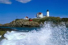 Free Waves Crashing Around Nubble Lighthouse In Maine Stock Photo - 36646950