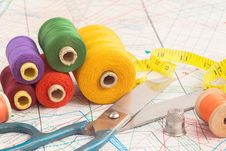 Free Old Scissors And Vintage Thread Spools Stock Photo - 36685750
