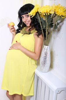 Free Beautiful Pregnant Woman With An Apple Royalty Free Stock Photos - 36696908