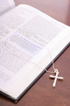 Free Bible & Rhinestone Cross Vertical Angle Royalty Free Stock Images - 3774069