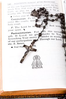 Free The Bible And Rosary Royalty Free Stock Image - 3788586