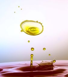 Free Color Waterdrops Collide Each Other Royalty Free Stock Photography - 38085757