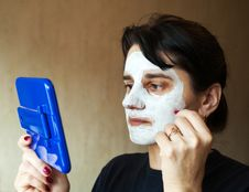 Free Beautiful Woman Gets Cosmetic Mask In The Mirror Royalty Free Stock Image - 38185216