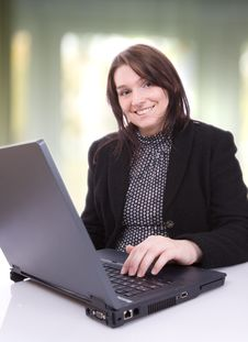 Free Young Woman Works At Her Laptop Royalty Free Stock Photography - 3842307