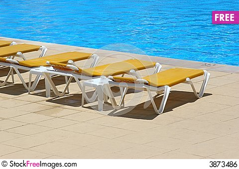Free Pool Restbeds Around A Pool Royalty Free Stock Image - 3873486