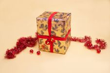 Free Gold Parcel - Goldenes Geschenkpaket Royalty Free Stock Image - 394396