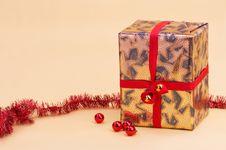 Gold Parcel - Goldenes Geschenkpaket Royalty Free Stock Photography
