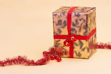 Free Gold Parcel - Goldenes Geschenkpaket Royalty Free Stock Photos - 394398
