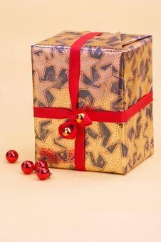 Free Gold Parcel - Goldenes Geschenkpaket Royalty Free Stock Images - 394399