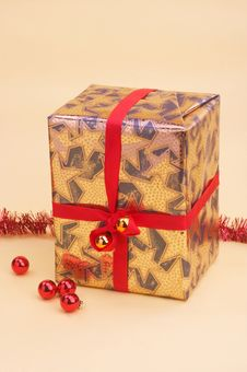 Free Gold Parcel - Goldenes Geschenkpaket Royalty Free Stock Photos - 394508