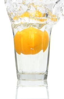 Lemon Falling Into A Glass Of Water Royalty Free Stock Images
