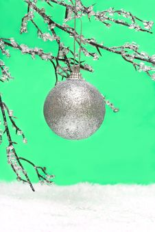 Free Christmas Ball On Green Royalty Free Stock Images - 3919139